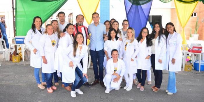Prefeito Vinícius Lima comemora com a equipe da Saúde o sucesso da Vacinação contra Influenza.